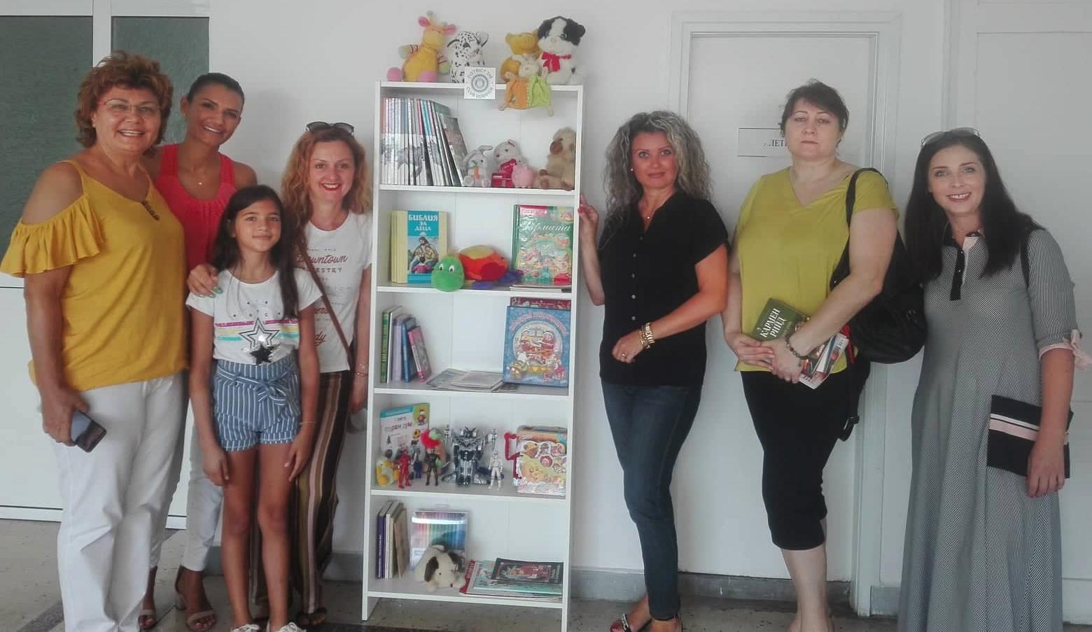 Библиотеки с книги за четене и занимание с наслада, дариха дамите от Инър Уийл Клуб Добрич