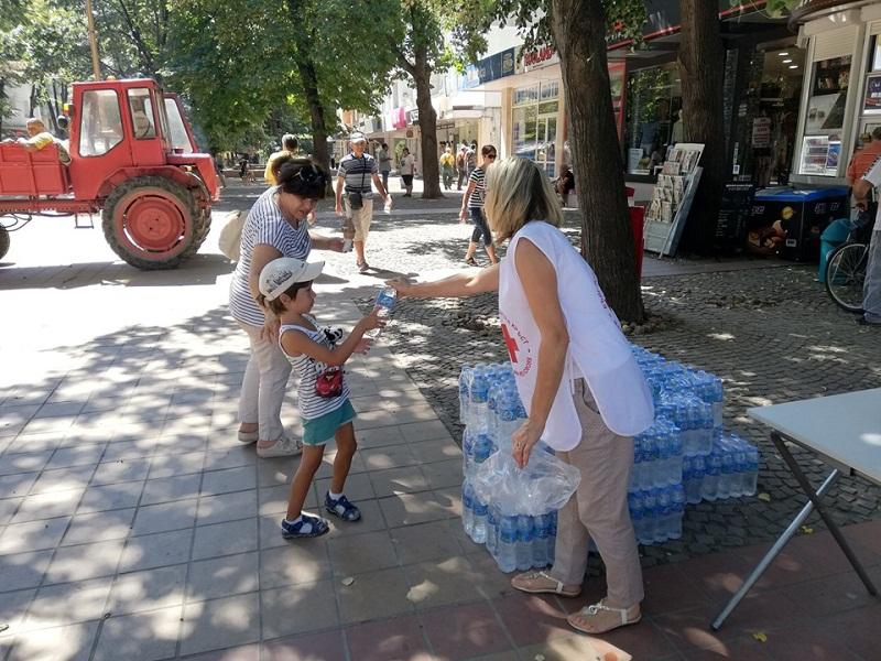 Раздават минерална вода в центъра на Добрич заради жегите