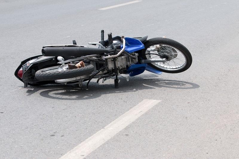 Мотоциклетист се блъсна в бордюр, настанен е в болницата