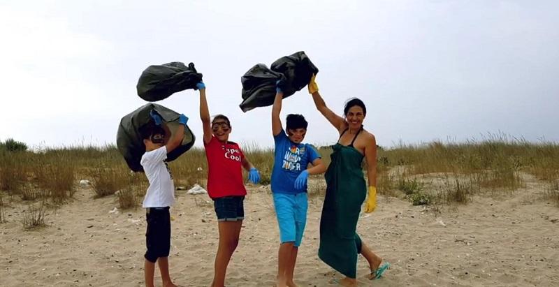 Водеща на bTV и трима помощници почистиха плажа в Шабла