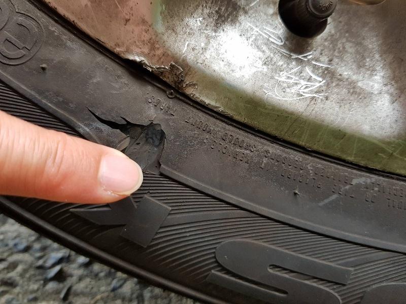 Умишлено повредиха гумите на два микробуса