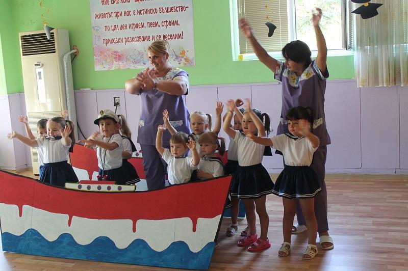 """32 деца получиха сертификати за успешно завършване от ДЯ """"Щастливо детство"""" в Каварна"""