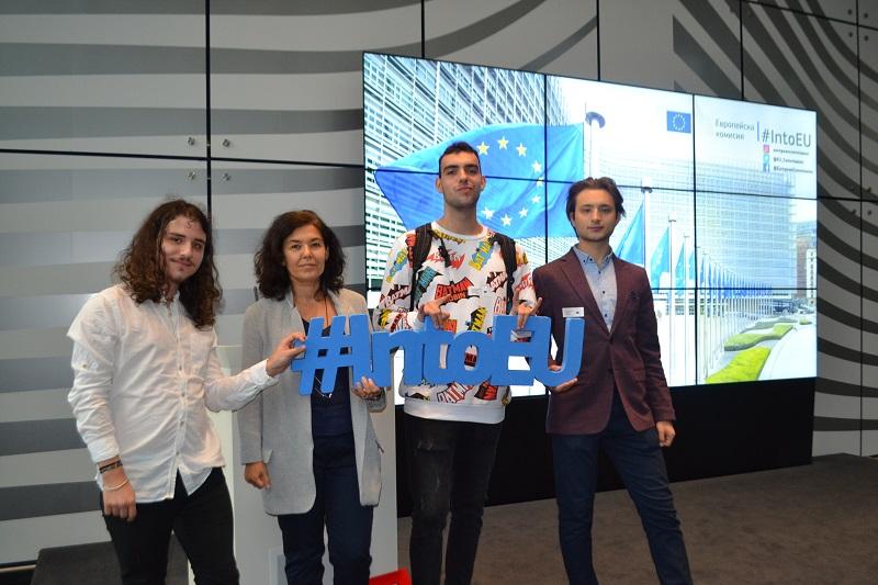 """Ученик и преподавател от ЕГ """"Гео Милев"""" посетиха Европарламента в Брюксел"""