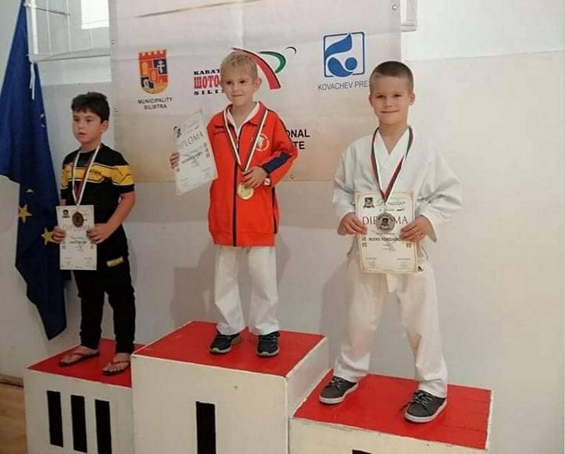 """Каратеките от Академията за бойни изкуства """"ЦАНЕВ"""" завоюваха 5 медала на Международен турнир в Силистра"""