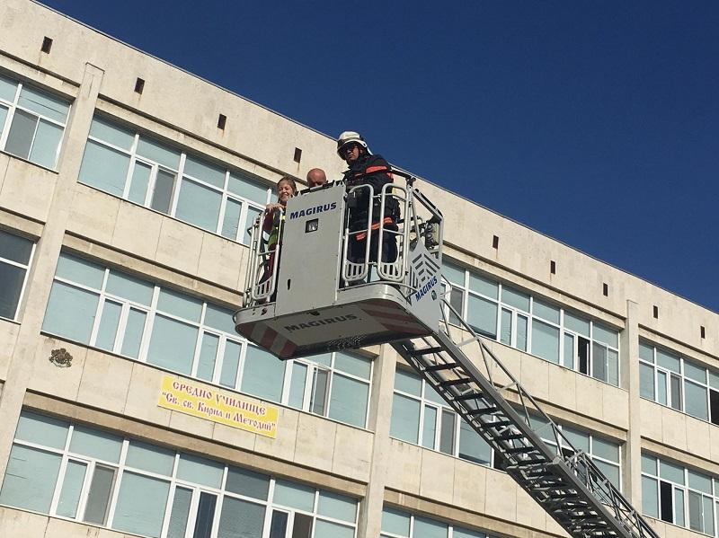 Ученици от Добрич тренираха евакуация при земетресение (+СНИМКИ)