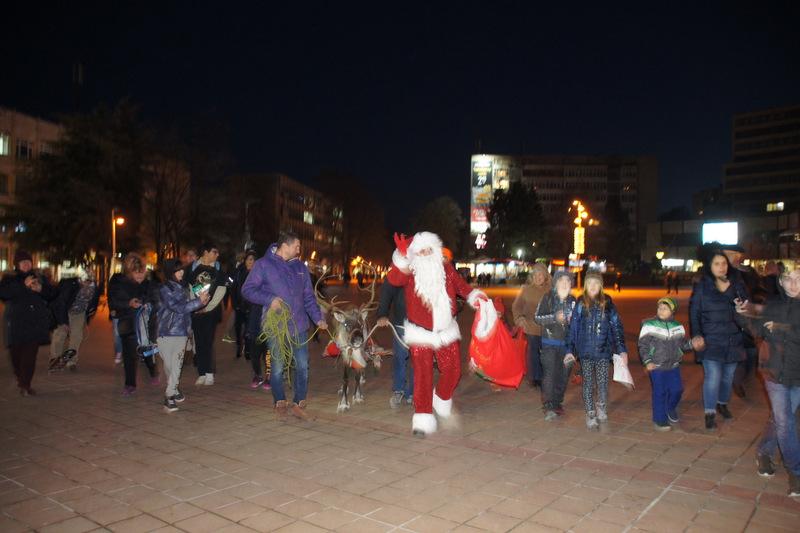 Дядо Коледа и еленът Рудолф пристигнаха в Добрич (+СНИМКИ)