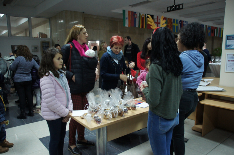 Деца и младежи в неравностойно положение почерпиха добричлии с вкусни коледни сладки