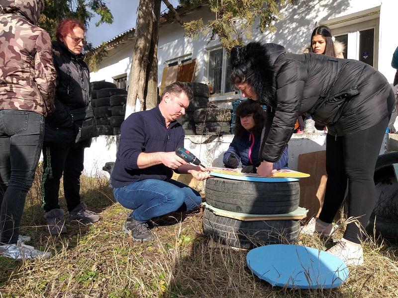 Доброволци от Добрич изработиха къщички за бездомни котки и кучета (+СНИМКИ)