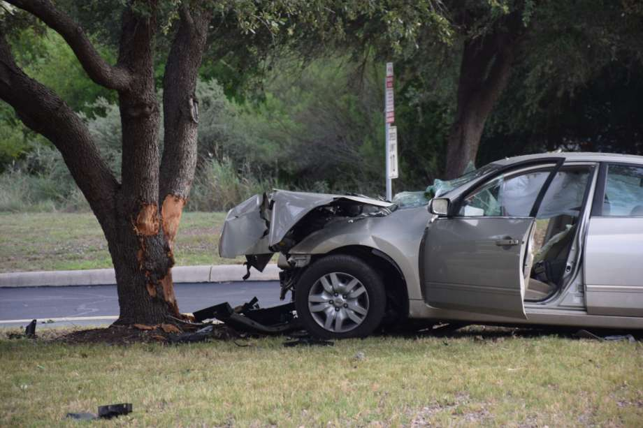 Неправоспособен шофьор предизвика катастрофа край Пчеларово, пострадаха двама