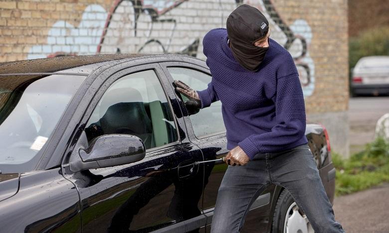 Документи и над 1 000 лева откраднаха от автомобил в Добрич