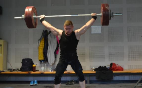 Тежкоатлетът Юндер Бейтула тренира самостоятелно на село