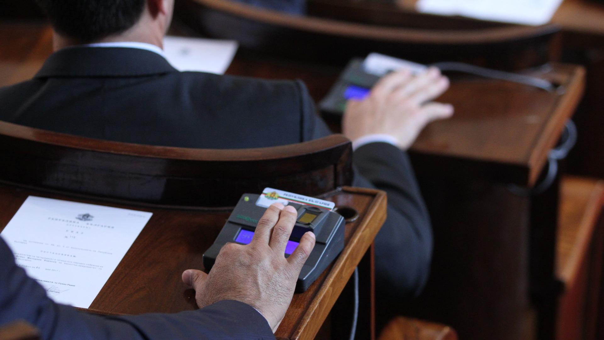 Депутати и министри без възнаграждения за срока на извънредното положение