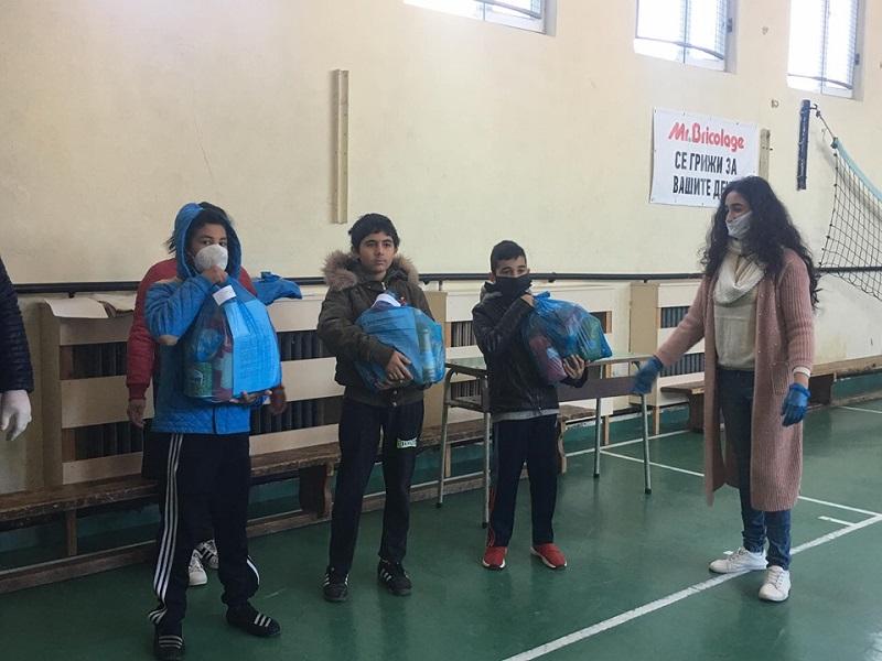 50 пакета с хранителни продукти раздадоха на нуждаещи се ученици от Добрич благодарение на дарители