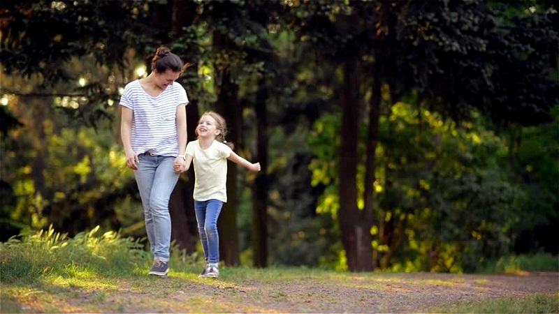 """Педиатри от Добрич препоръчват """"светъл коридор"""" за посещение на паркове и градини от майки с деца"""