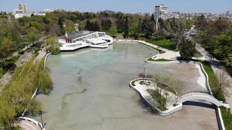 Ремонтират езерото в добричкия парк