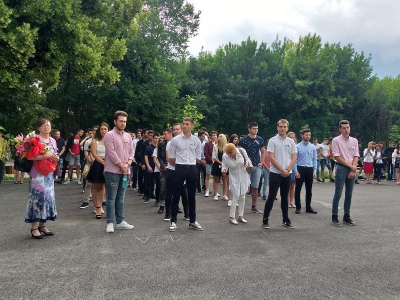 """Абитуриентите на ПМГ """"Иван Вазов"""" прекрачиха училищния праг за последен път"""