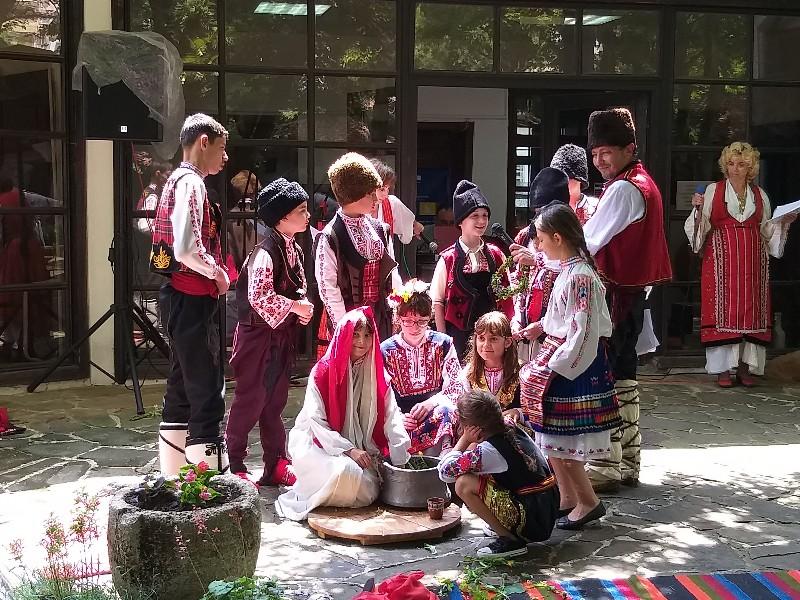 """Децата от НЧ """"Български искрици"""" пресъздадоха обичаите на Еньовден /ВИДЕО/"""