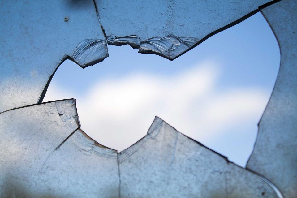 Счупиха прозорци на кметството в село Пчеларово