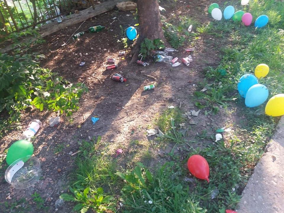 Дворът на детска градина в Добрич осъмна с множество отпадъци от енергийни напитки и бутилки