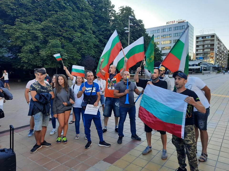 С протестно шествие добричлии изразиха недоволството си от управлението на страната (+СНИМКИ)