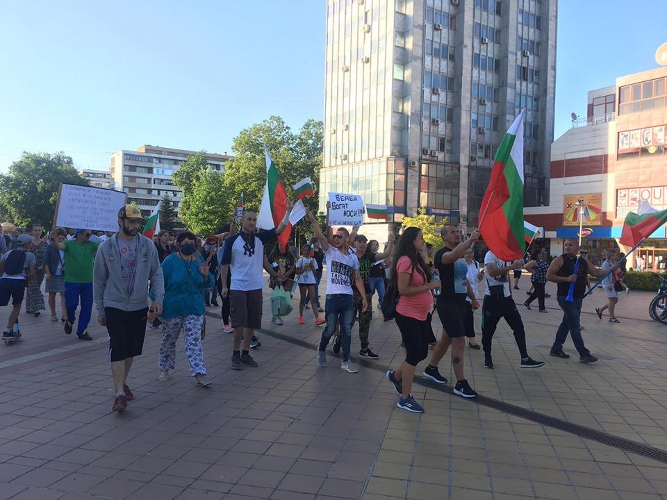 За четвърта вечер добричлии се събраха на протест срещу управлението на страната