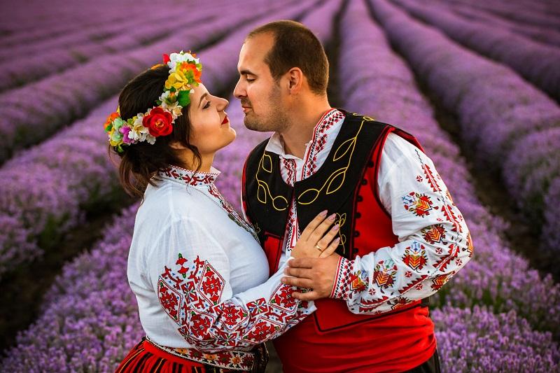 """СВАТБА ПО БЪЛГАРСКИ: Двама влюбени от Добрич си казаха """"да"""" в традиционни народни носии"""