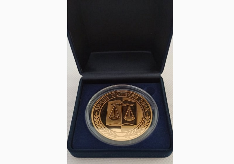 Зам.-председателят на Окръжния съд в Добрич получи златен почетен знак по повод пенсионирането си