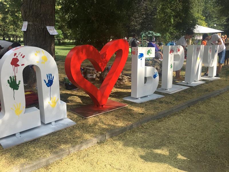 """Надпис """"Добрич"""" оцветяват малките посетители на глобалния пикник, той ще бъде поставен в центъра на града"""