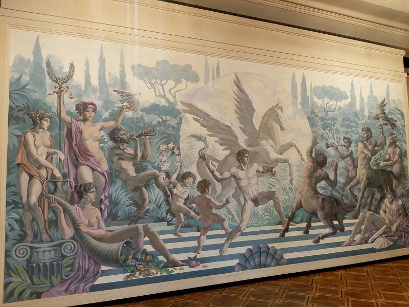 """Стенописът в зала """"Нели Божкова"""" представя вечната битка между доброто и злото"""