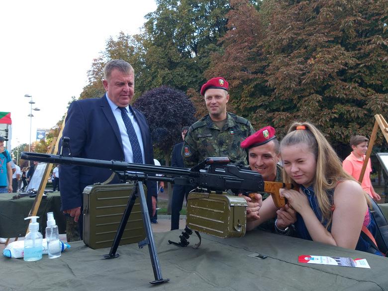 """Вицепремиерът Красимир Каракачанов откри тазгодишното издание на кампанията """"Бъди войник"""" в Добрич"""