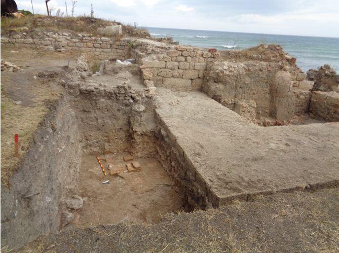 Бронзови монети, амфорни печати и фрагменти от чернолакова керамика са открити при разкопките на крепостта Кария край Шабла