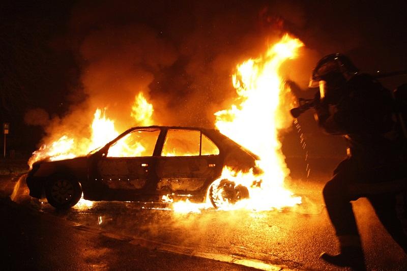 Три леки автомобила, паркирани в квартал в Добрич, горяха при пожар снощи