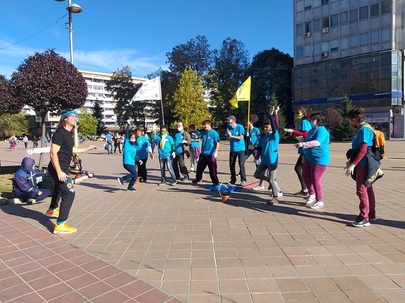 """Младежите от """"Чудната градина"""" танцуваха зумба в центъра на Добрич"""