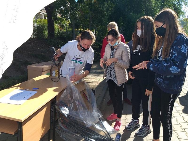 Ученици от Добрич почистват града в рамките на кампанията Junk Around
