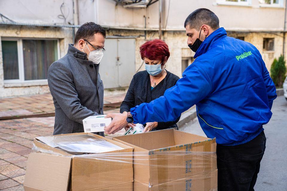 """3000 предпазни маски и 50 шлема от дарението на Хипермаркет """"Практикер"""" ще получи МБАЛ - Добрич"""
