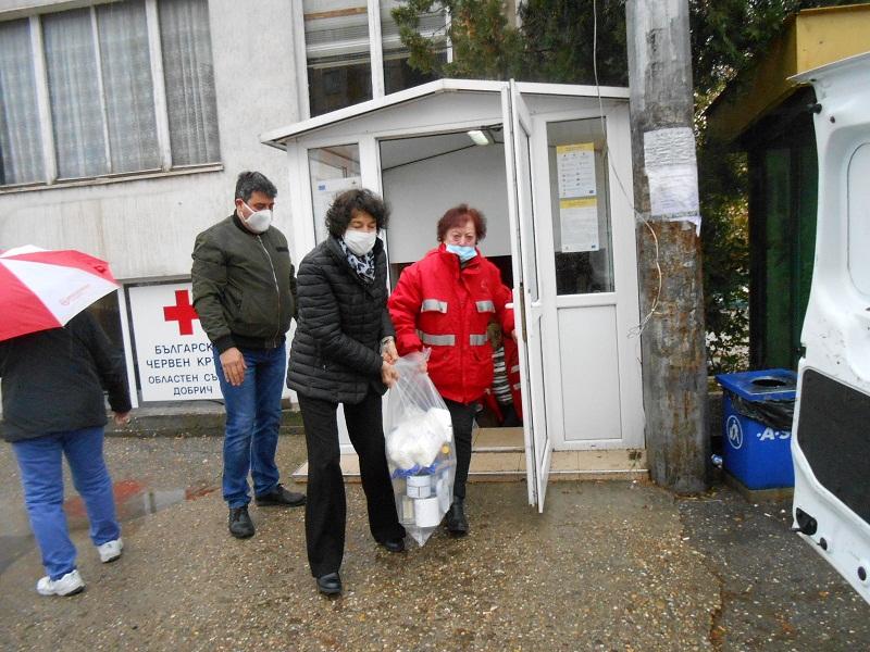 Доброволци от ГЕРБ – Добрич помогнаха на БЧК в раздаването на храна на хора в нужда