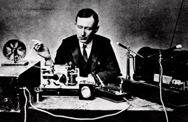 През 1901 г. радиосигнал свързва Англия и САЩ