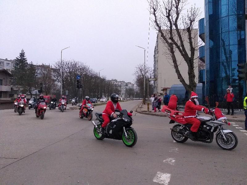 Мотористи в костюми на Дядо Коледа обиколиха Добрич