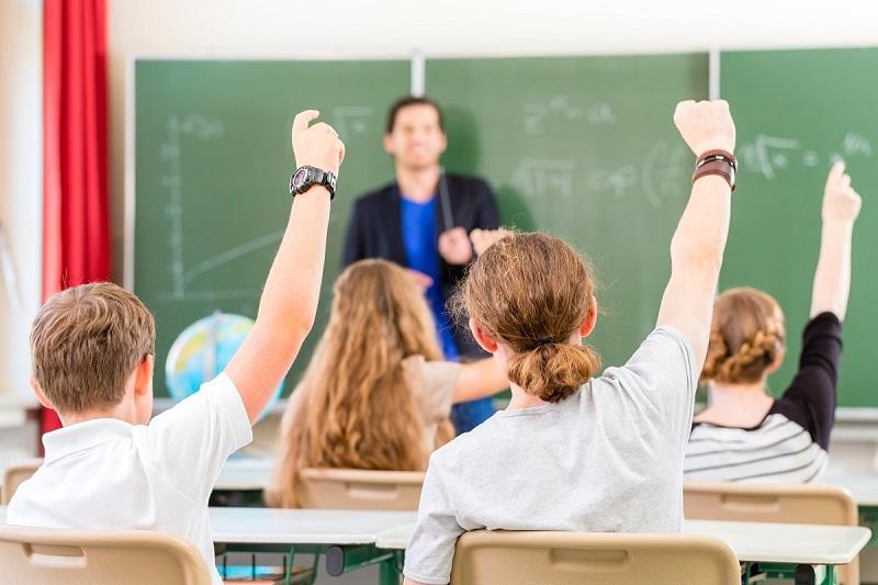Учениците от 5 до 12 клас ще се връщат в учебните заведения само за практически дейности