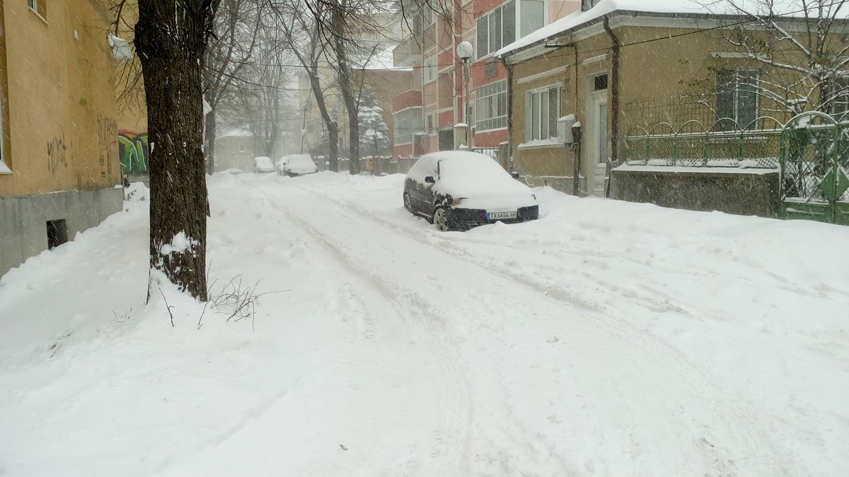 Множеството паркирани автомобили - пречка за снегопочистването на малките улици в Добрич