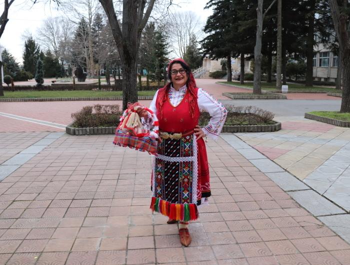 Баба Марта посрещна жителите на Генерал Тошево с ръчно изработени мартенички