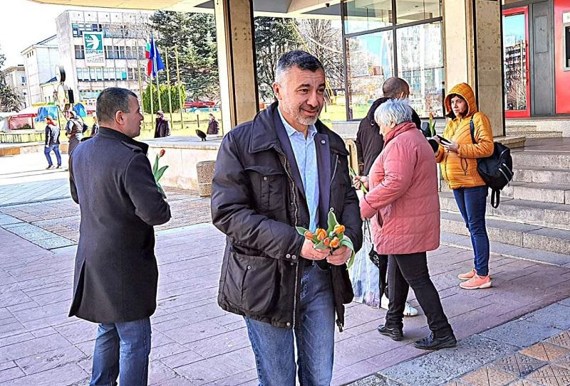 """ПП """"Републиканци за България"""" зарадва дамите в Добрич с цвете за 8 март"""