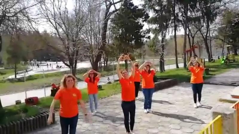 """Екипът на Детската ясла """"Щастливо детство"""" в Добрич поздрави с флашмоб своите колеги /ВИДЕО/"""