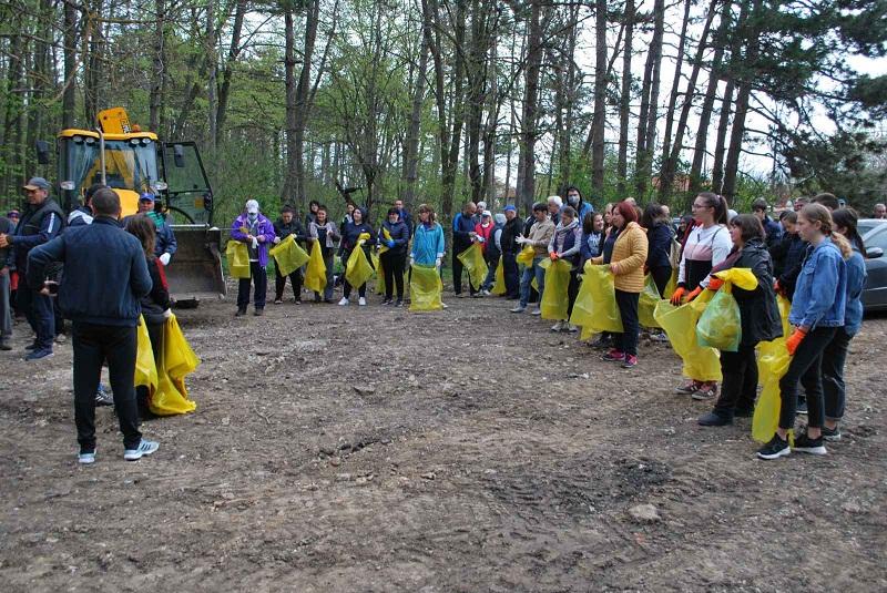 Близо сто жители на Генерал Тошево се включиха в пролетното почистване в града
