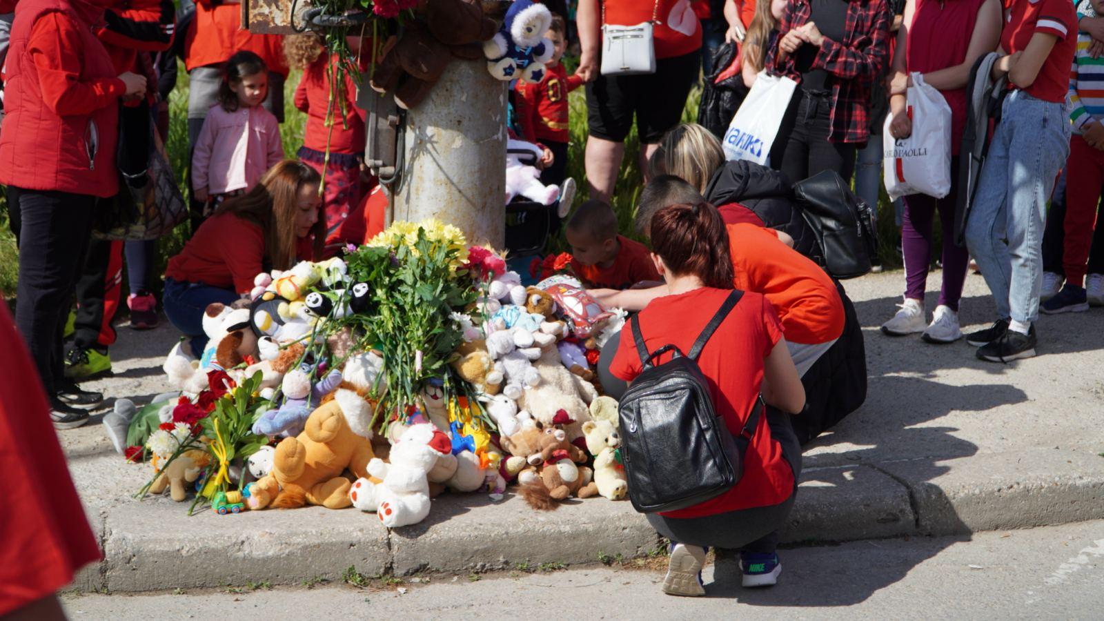 Аплодисменти в памет на малкия Крис, който загуби живота си след тежка катастрофа на Гергьовден