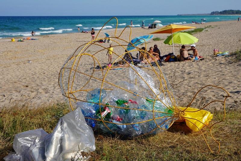 Доброволци с кампания за почистване на северния плаж на Дуранкулак