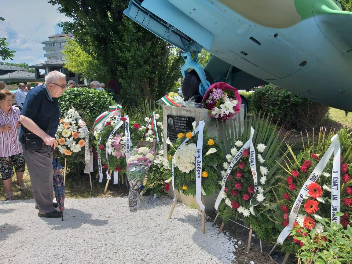 Паметна плоча на загиналите летци при изпълнение на служебния си дълг откриха в Добрич