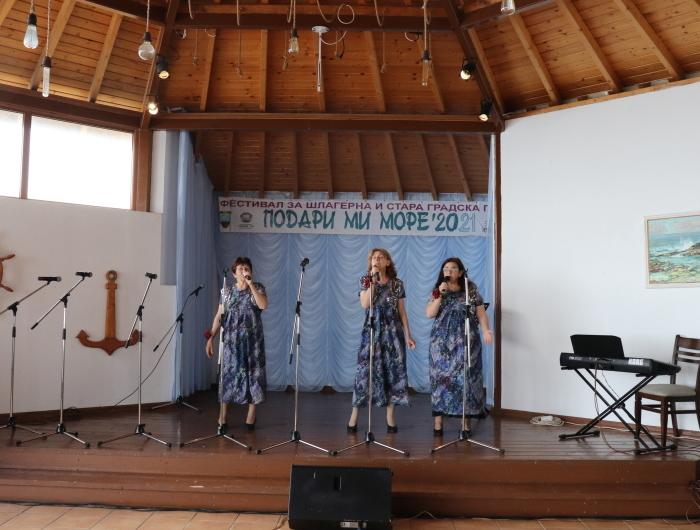 """Фестивал на шлагерната и стара градска песен """"Подари ми море"""" се проведе за осми път в Крапец"""
