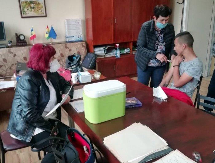 Мобилен екип ваксинира желаещи от три села в община Генерал Тошево