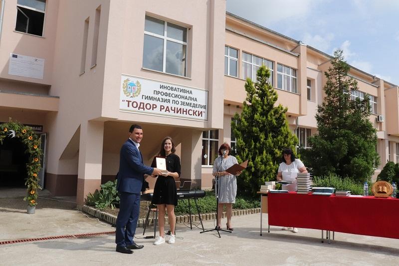 """45 зрелостници от Професионална гимназия по земеделие """"Тодор Рачински"""" получиха дипломи за средно образование"""